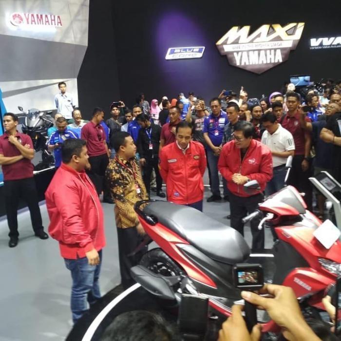 Jokowi mendapatkan penjelasan produk FreeGo dari Sutarya, Director of Sales YIMM
